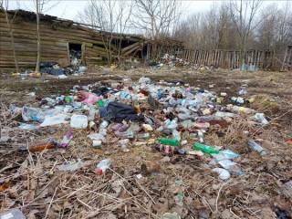 Privātmājas pagalmā – atkritumu kalns